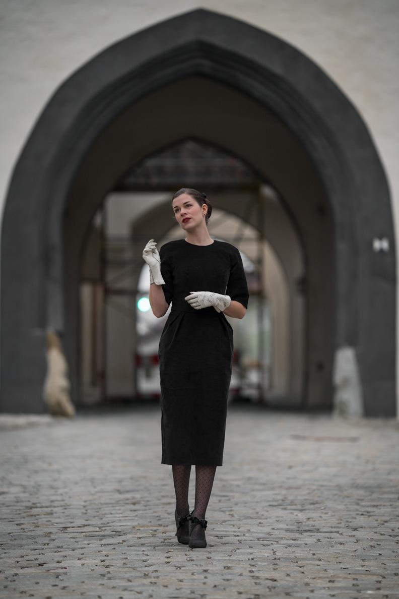 Sandra vom Vintage-Blog RetroCat in einem schwarzen Retro-Kleid von Ginger Jackie im Stil der 50er