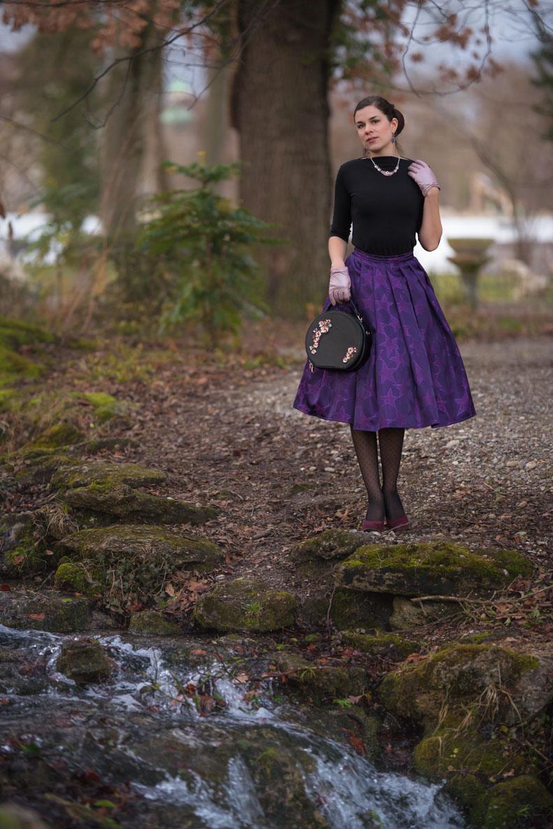 Vintage-Bloggerin RetroCat mit dem Purple Star Skirt von Grünten Mode und einem schwarzen Top