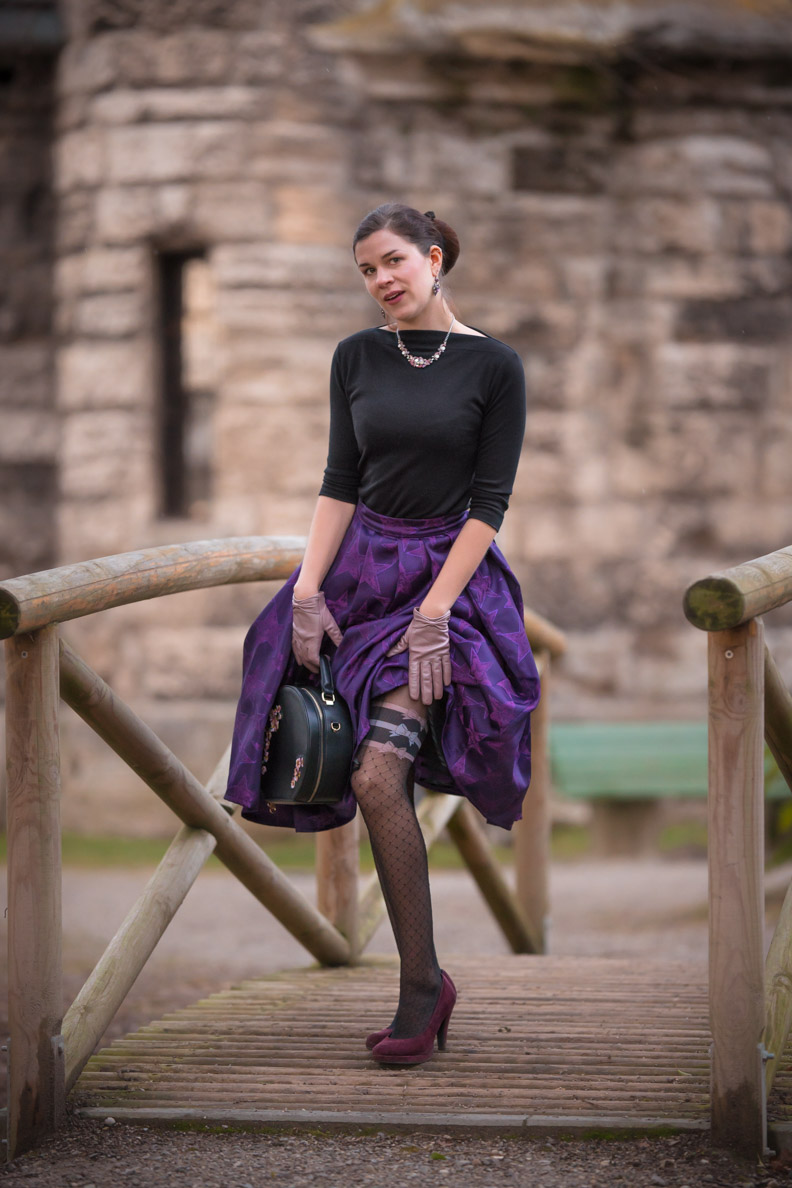 Vintage-Mode-Bloggerin RetroCat mit lila Rock und einer aufregenden Strumpfhose von Chantal Thomass