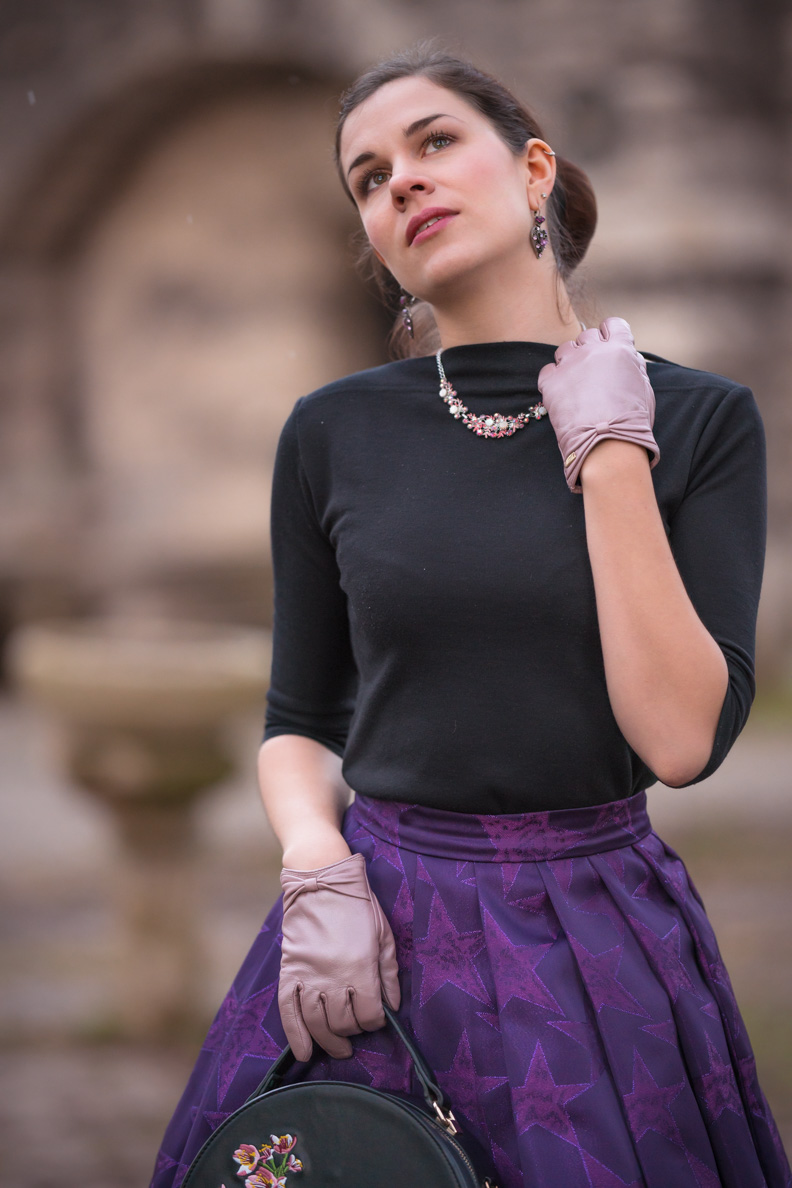 Vintage-Fashion-Bloggerin RetroCat mit dem Slash Neck Top von Vivien of Holloway und einem lila Rock von Grünten Mode