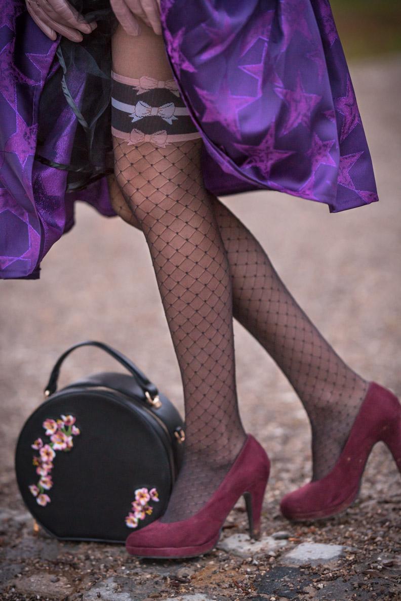 Mode-Bloggerin RetroCat mit einer verführerischen Strumpfhose von Chantal Thomass