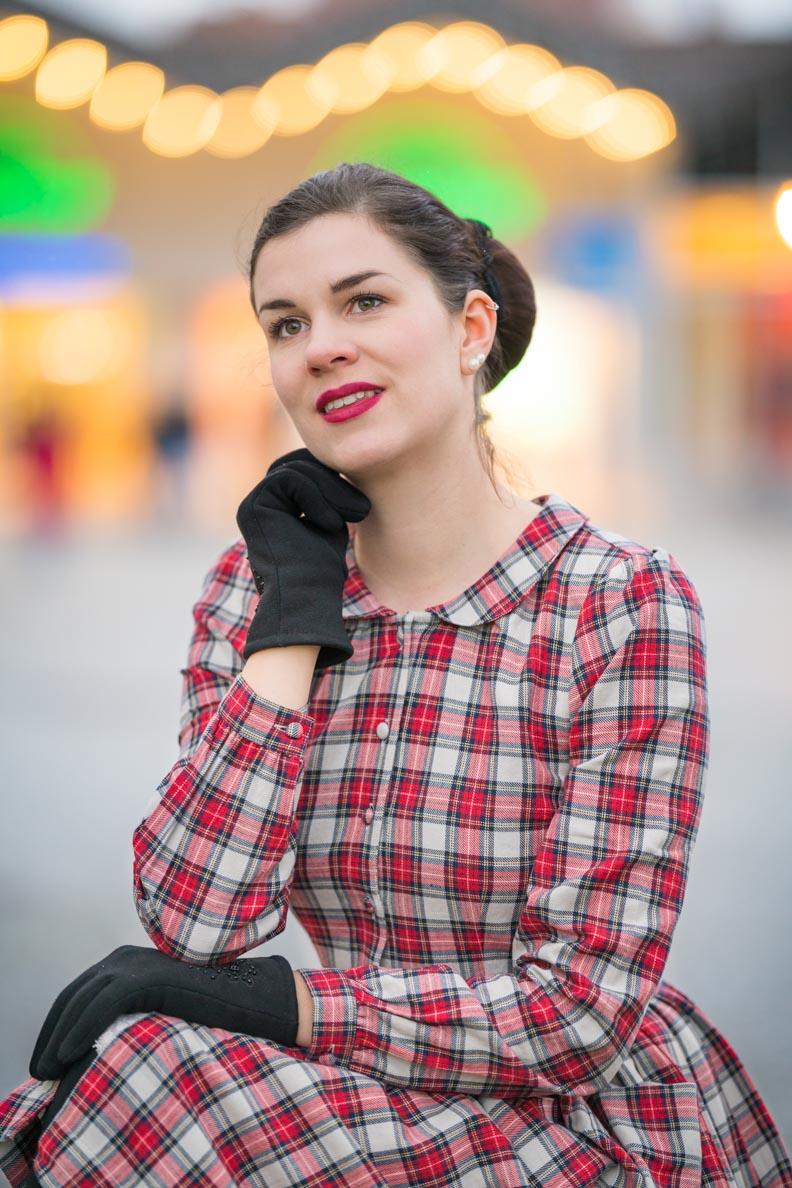 Bloggerin RetroCat mit einem 40er-Jahre-Kleid und passendem Vintage-Make-up