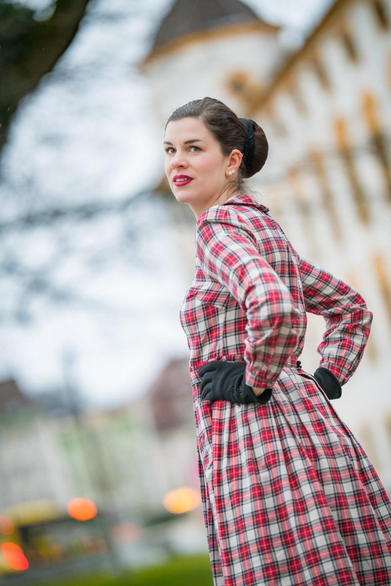 Bloggerin RetroCat mit dem karierten Primrose Dress von The Seamstress of Bloomsbury