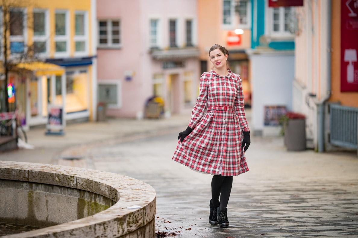 Vintage-Bloggerin RetroCat mit dem Primrose Dress von The Seamstress of Bloomsbury sowie passenden warmen Retro-Accessoires