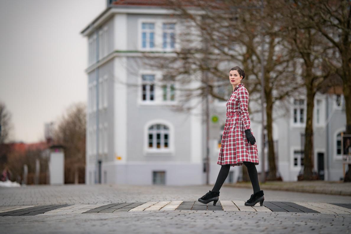 RetroCat in einem warmen Retro-Outfit inspiriert von den 40er-Jahren