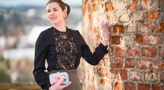 Schwarz trifft auf Pastell: Eine Spitzenbluse von Lena Hoschek und der Secrets in Lace Speakeasy Plunge Bra