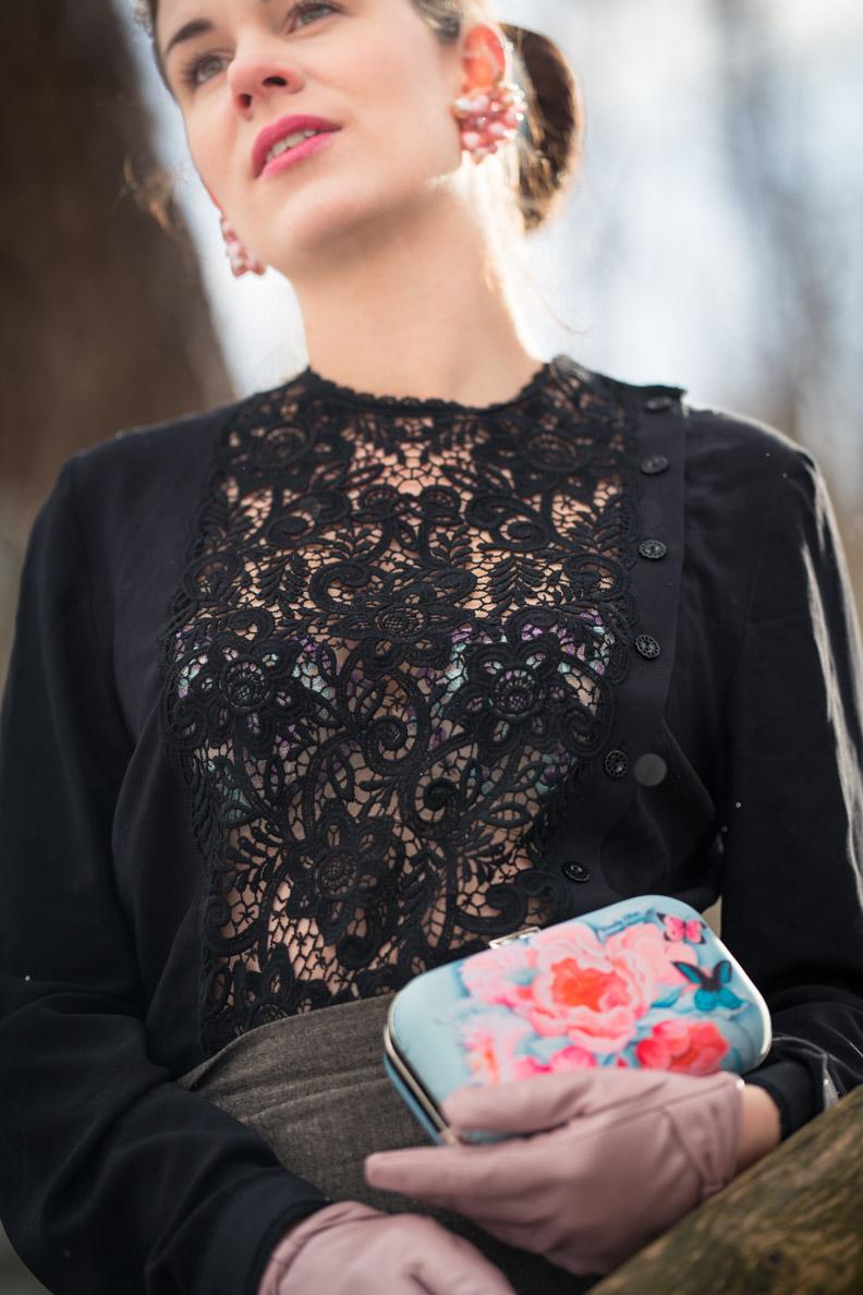 RetroCat mit Spitzenbluse und dem Speakeasy Plunge Bra von Secrets in Lace