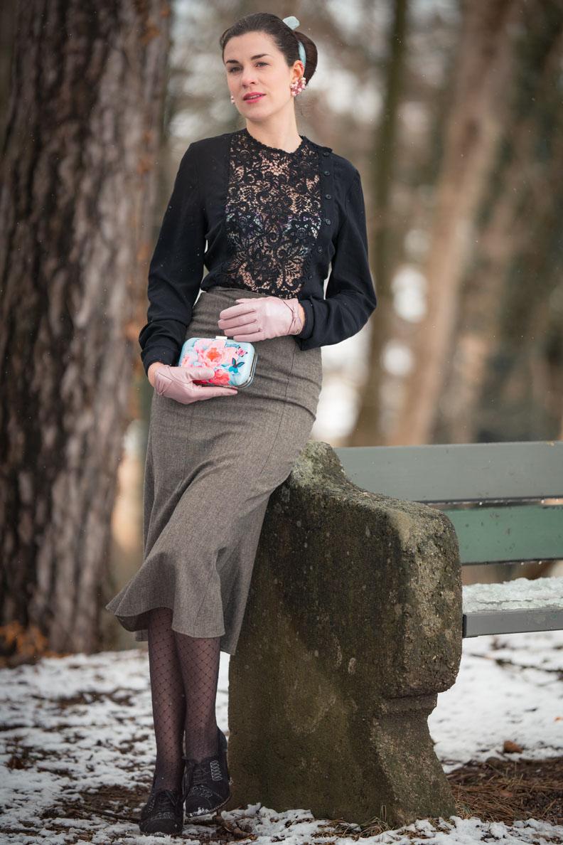 RetroCat in einer schwarzen Bluse mit Spitzendetails von Lena Hoschek