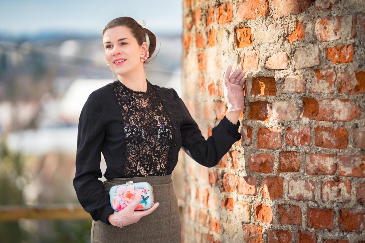 Sandra vom Vintage-Blog RetroCat mit Spitzenbluse und dem pastellfarbenen Speakeasy Plunge Bra von Secrets in Lace Europe