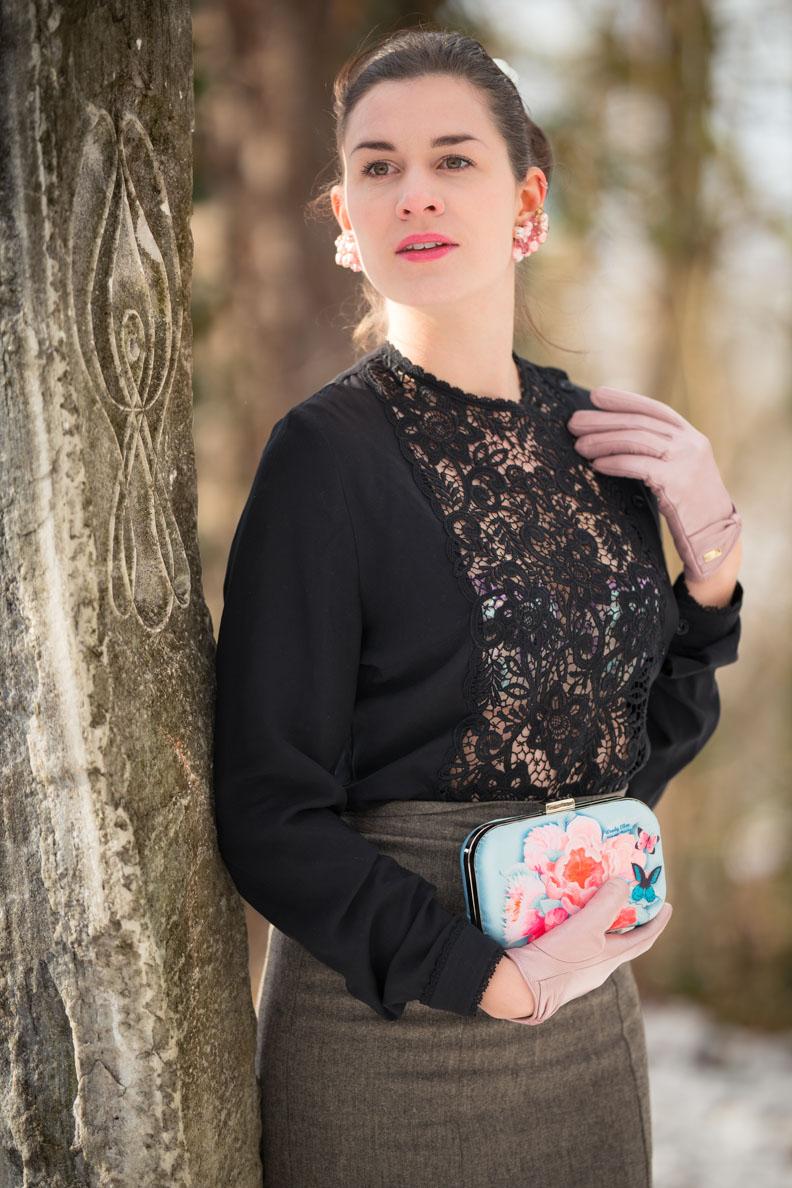 Vintage-Bloggerin RetroCat mit Spitzenbluse, pastellfarbenem BH und passender Handtasche von Woody Ellen