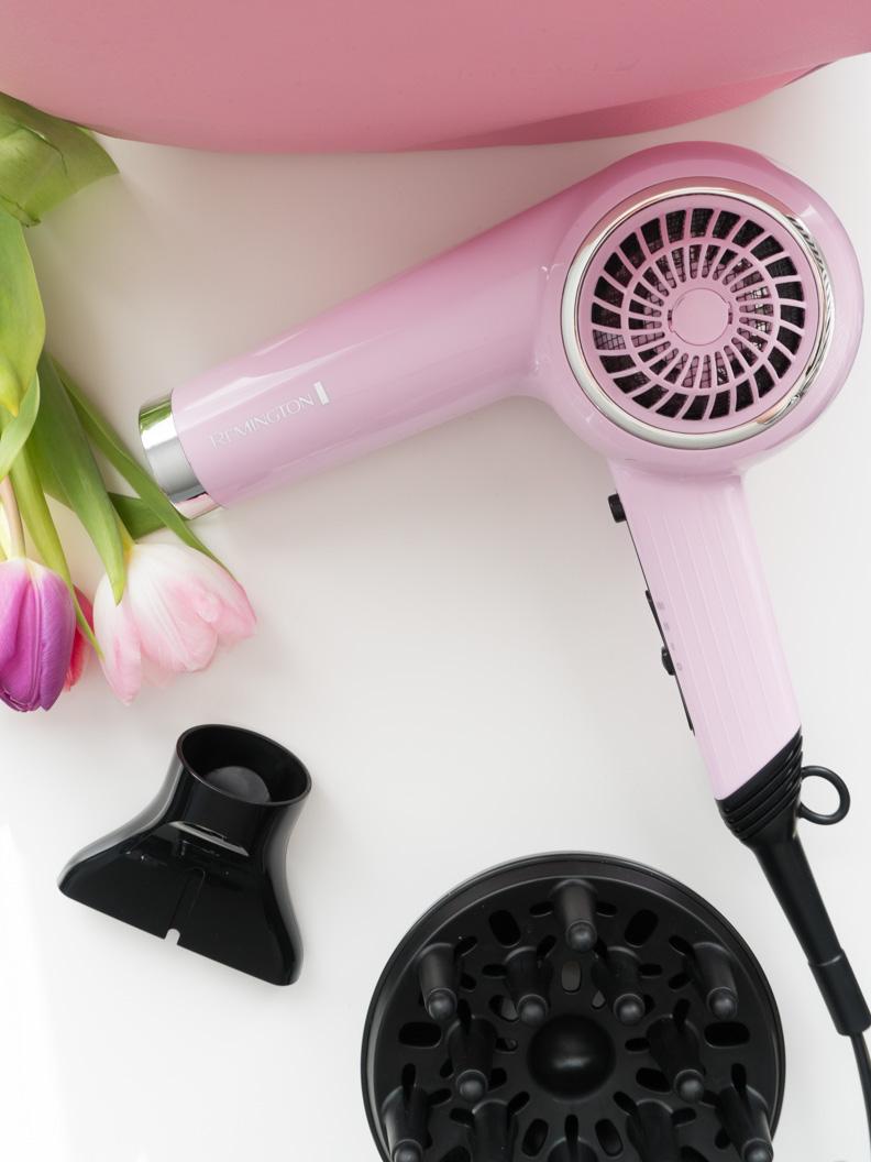 Der Remington Pink Lady Retro Haartrockner mit Stylingdüse und Diffusoraufsatz