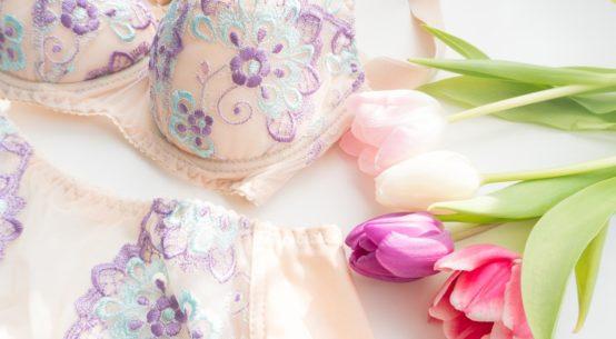 Farbenfrohe Retro-Unterwäsche: Das Speakeasy Set von Secrets in Lace