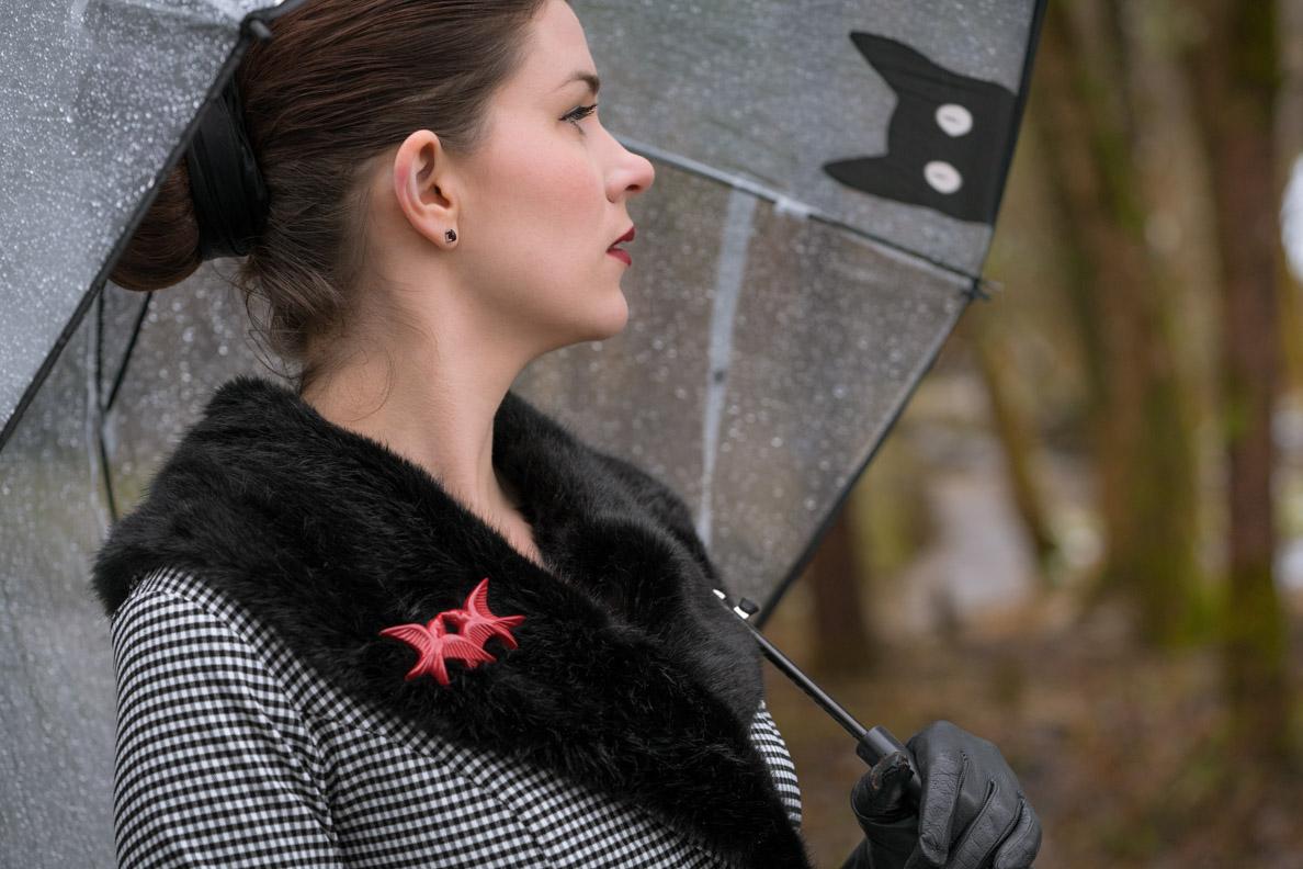 RetroCat mit einer Brosche von The Seamstress of Bloomsbury und einem transparenten Regenschirm mit Katzen-Print