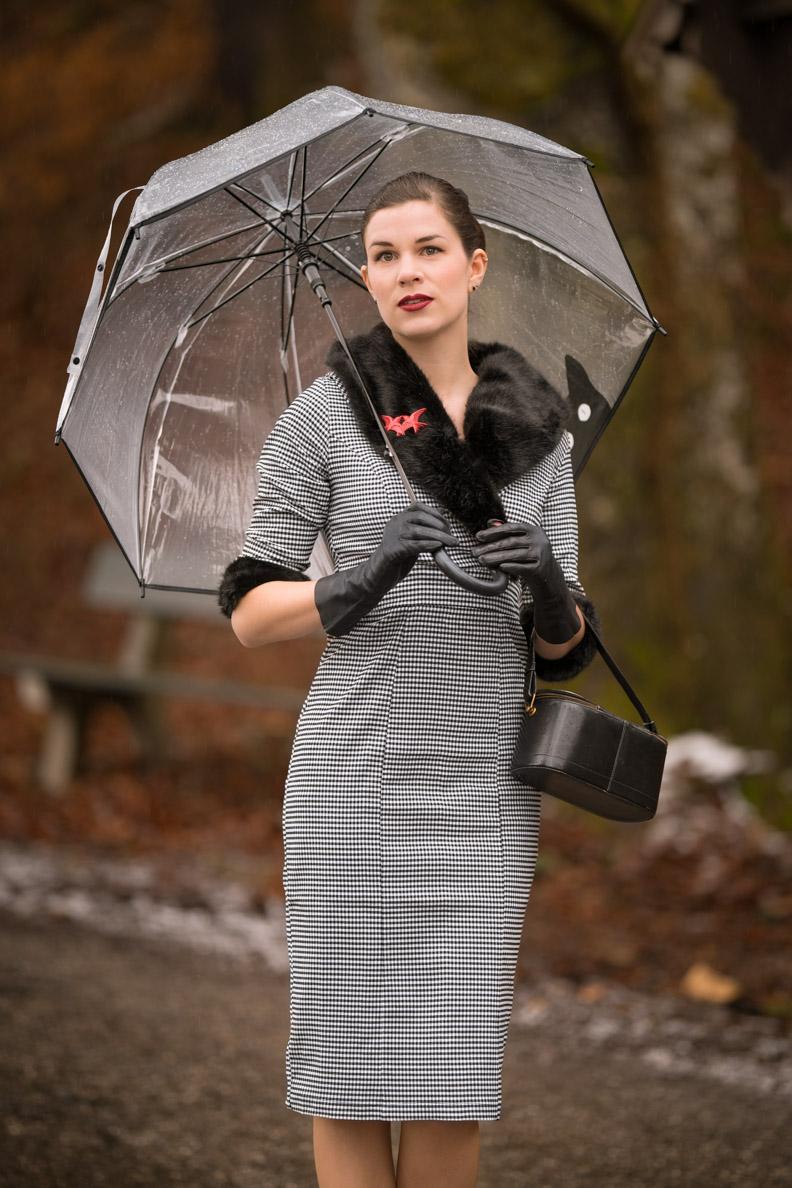 RetroCat in einem glamourösen Venus Van Chic Retro-Kleid mit Kunstpelzkragen