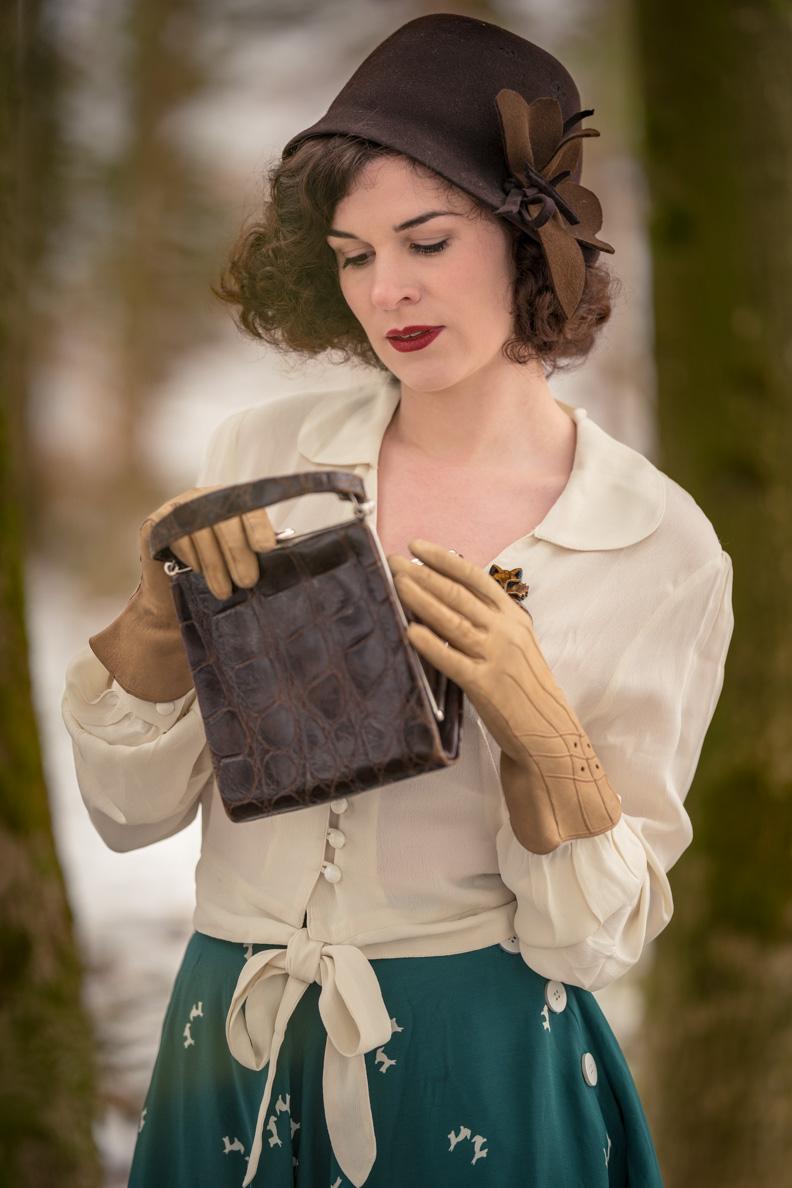 Mode-Bloggerin RetroCat mit einem 40er-Jahre-Hut und einer Vintage-Tasche aus den 30ern