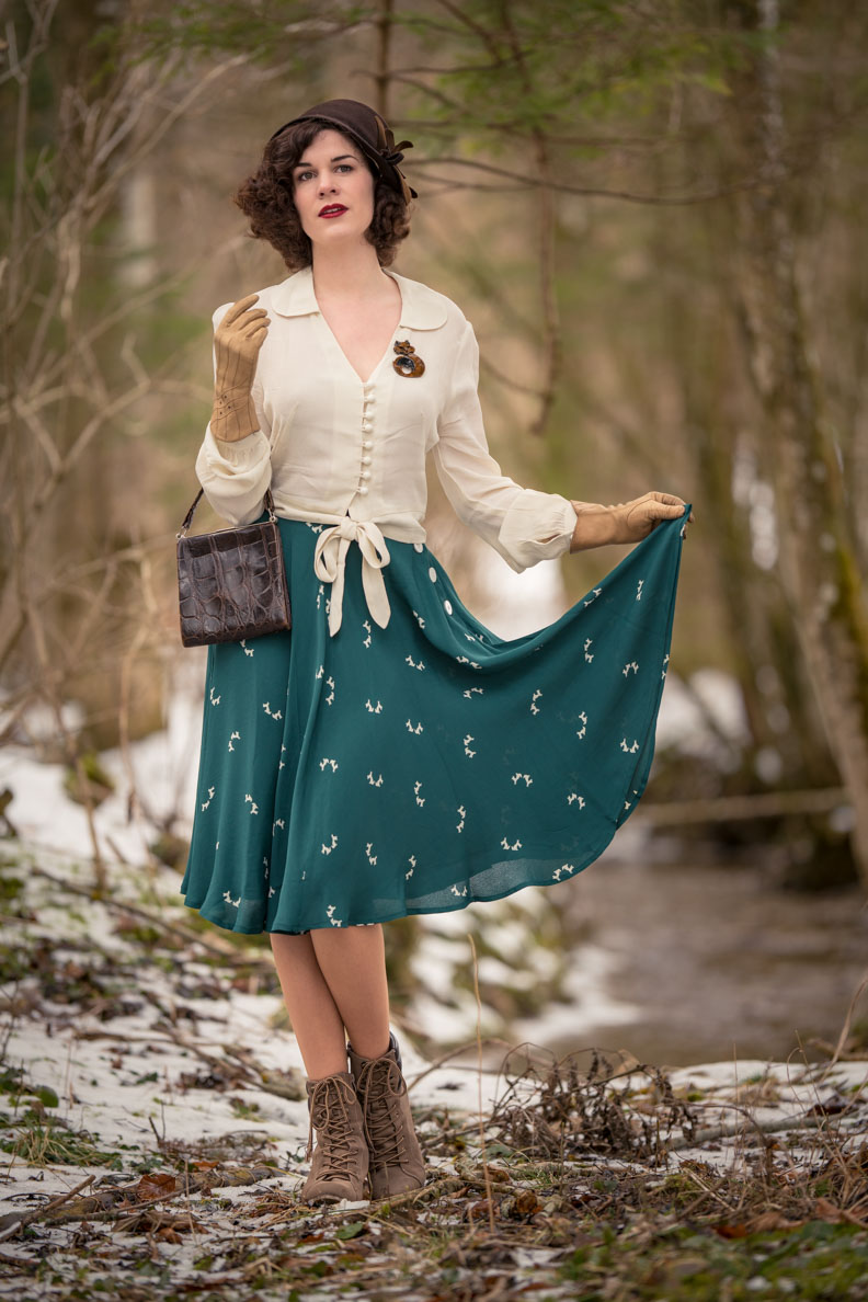 "RetroCat mit dem Isabelle Skirt in ""Green Doggy"" von The Seamstress of Bloomsbury"