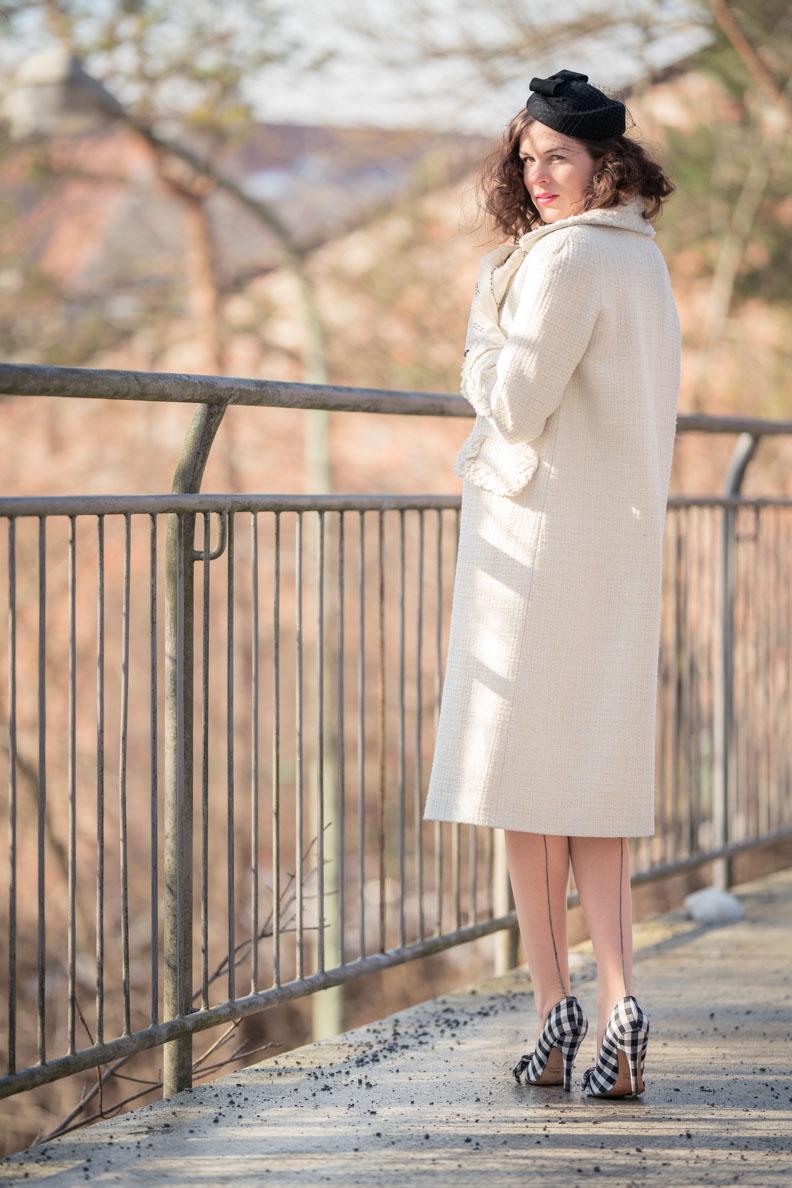 RetroCat mit einem langen weißen Mantel im Stil der 50er von Ginger Jackie