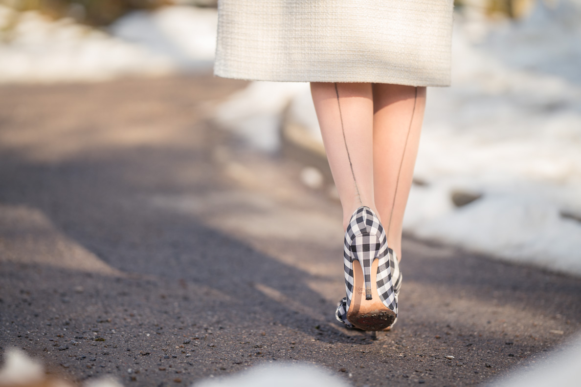 RetroCat mit den beigen Elegance French Heel Strümpfen von Secrets in Lace Europe