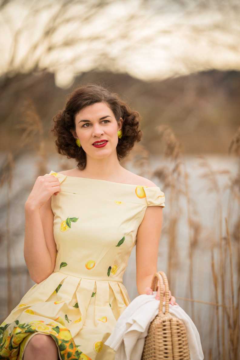 RetroCat mit dem Lindy Bop Christie Lemon Dress, einem Retro-Make-up und Locken im Vintage-Stil