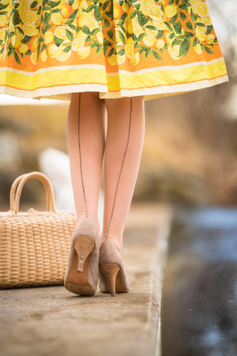 Vintage-Bloggerin RetroCat mit den Elegance French Heel Nahtstrümpfen von Secrets in Lace und passenden Highheels