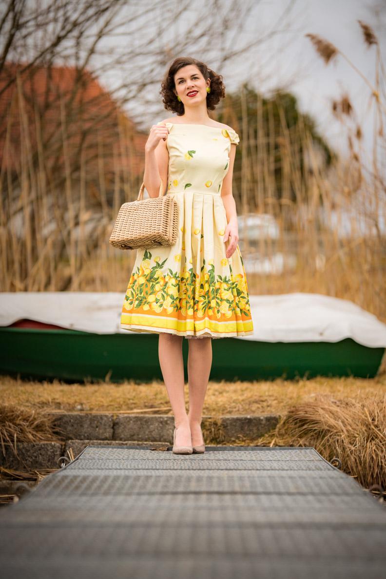 Vintage-Bloggerin RetroCat in einem sommerlichen Retro-Kleid von Lindy Bop mit Zitronen-Print