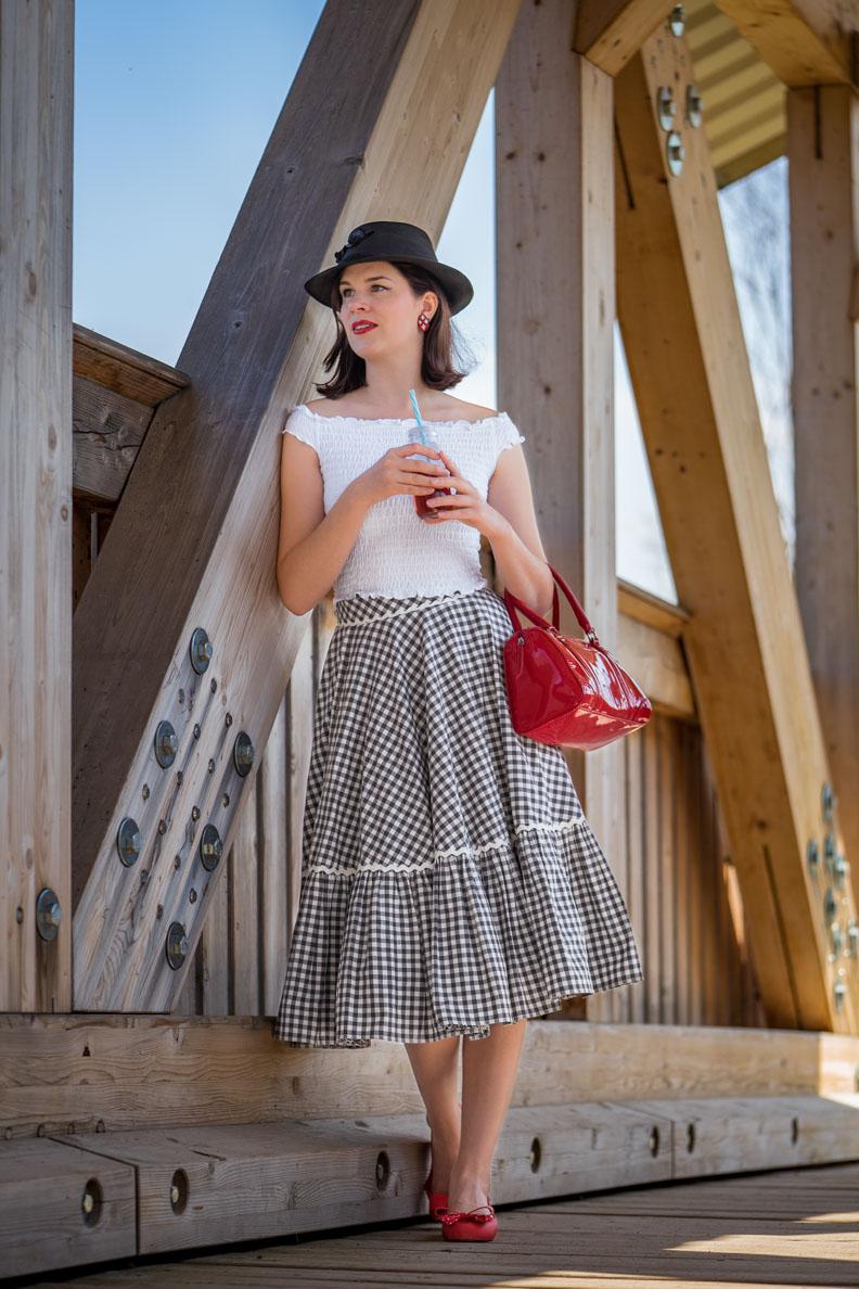 RetroCat mit einem vintage inspirierten Sommer-Outfit und einer roten Bowling Bag