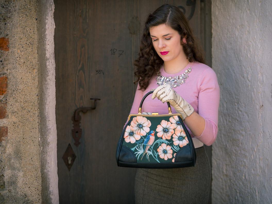 Vintage-Mode-Bloggerin RetroCat mit einer eleganten Retro-Handtasche von Woody Ellen