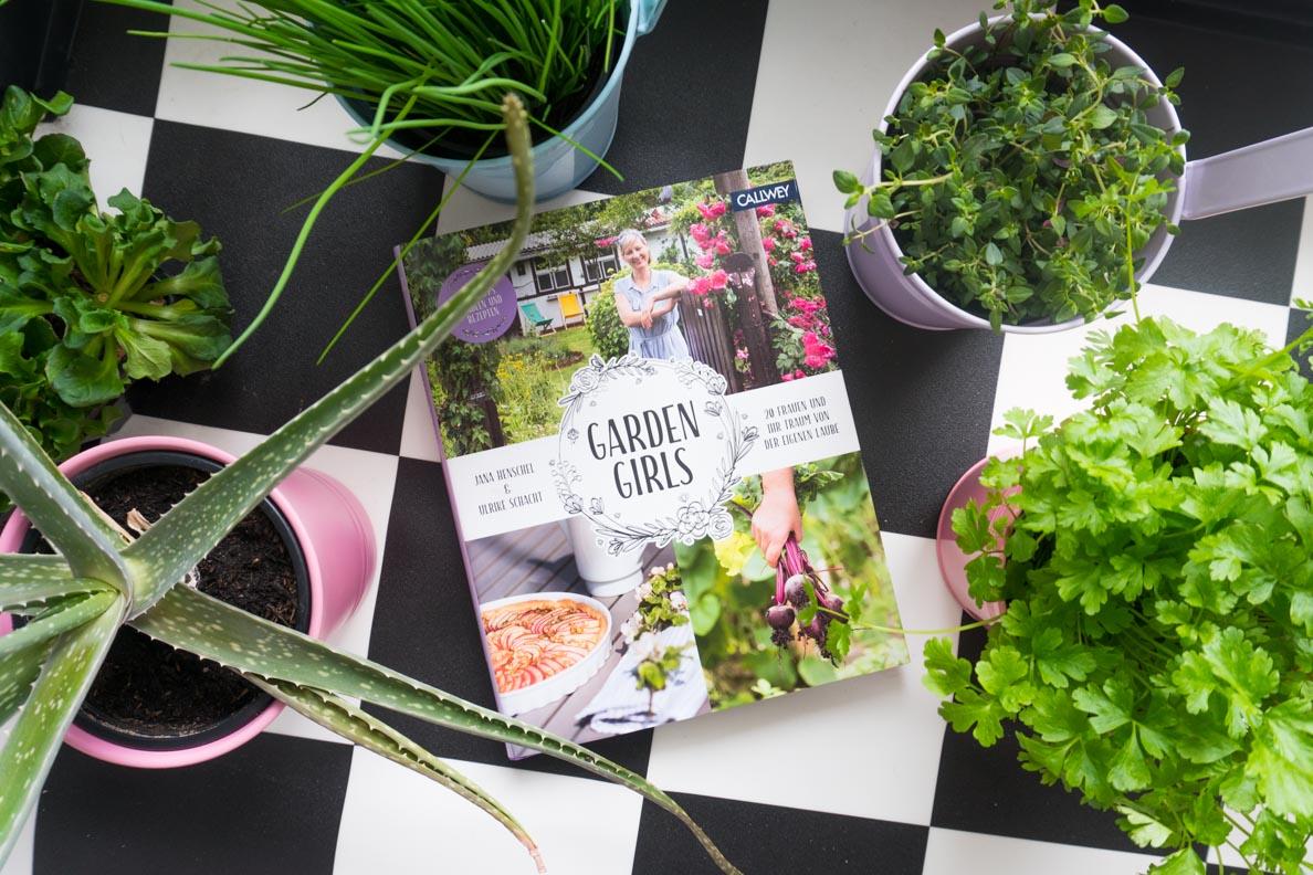 """Das Buch """"Garden Girls"""" vom Callwey Verlag umgeben von Pflanzen und Kräutern"""
