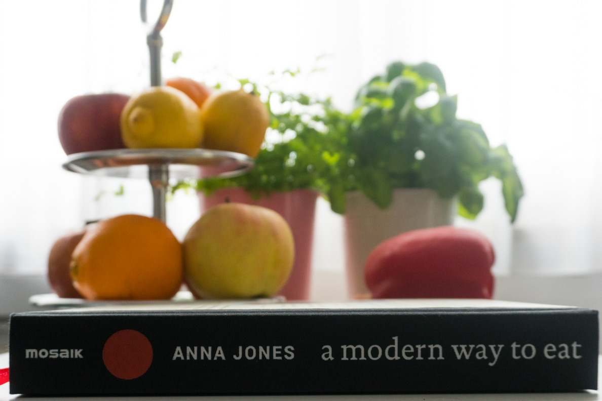 """Das Kochbuch """"A modern way to eat"""" von Anna Jones und frisches Obst und Gemüse"""