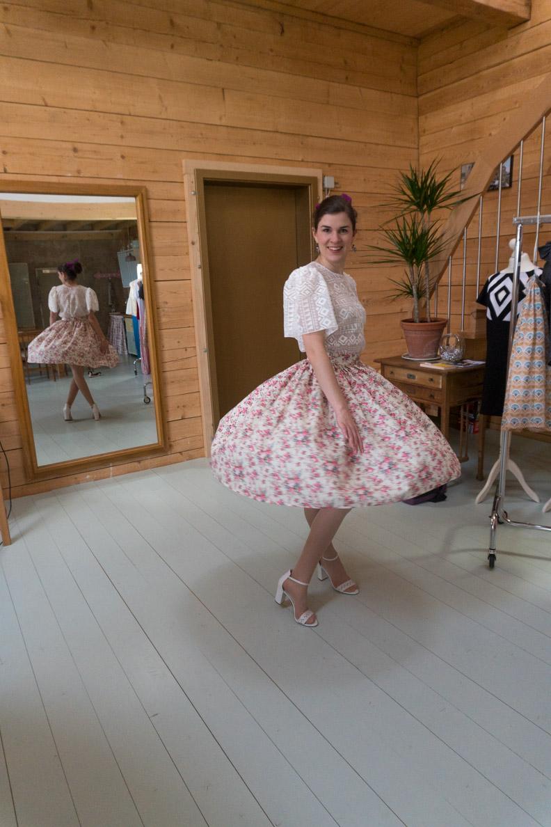 RetroCat beim Tanzen mit dem Swing Skirt mit Rosenprint von Grünten Mode