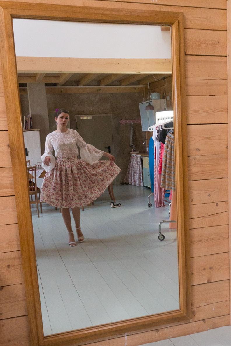 Vintage-Bloggerin RetroCat beim Anprobieren der Grünten Mode Frühjahrs-/Sommer-Kollektion 2018