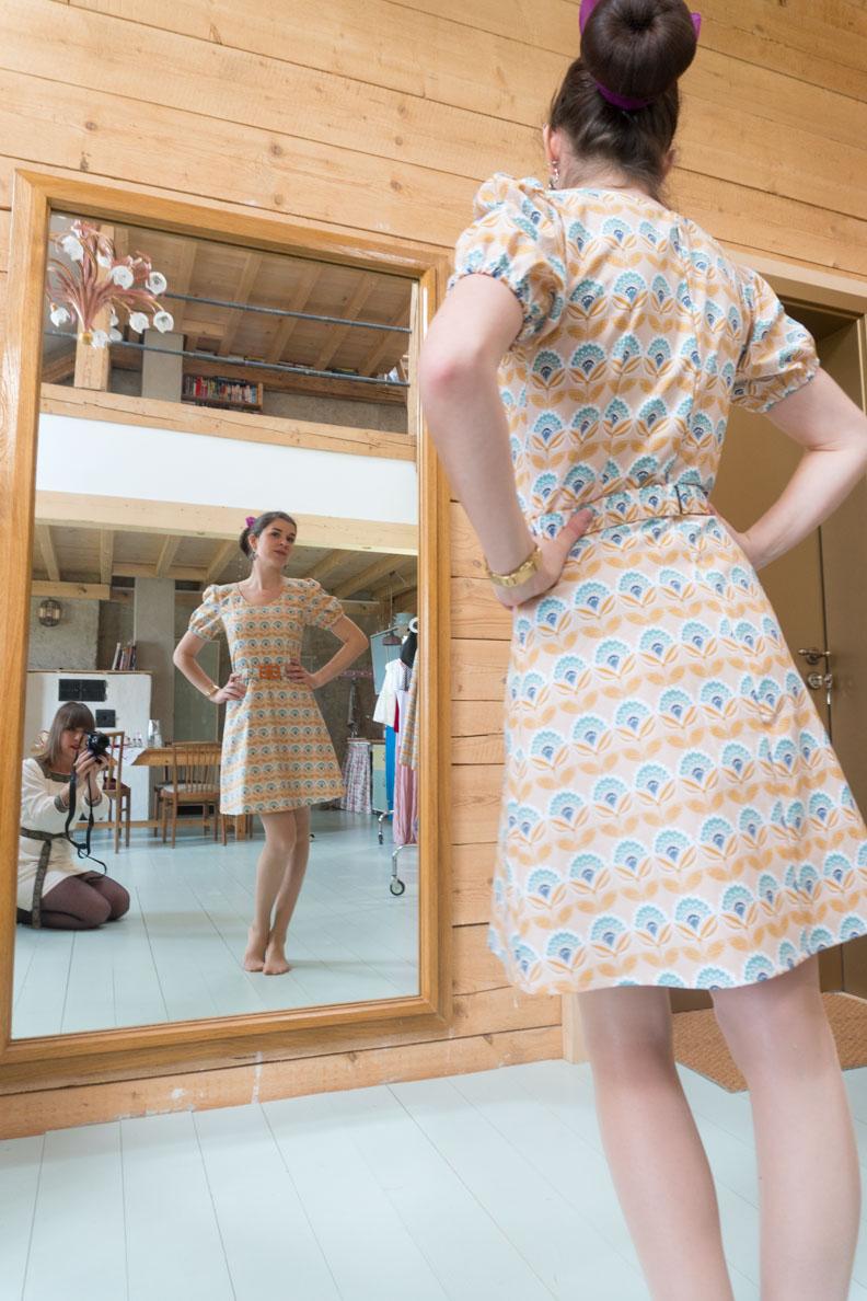 RetroCat in einem Minikleid mit Retro-Tapetenprint von Grünten Mode