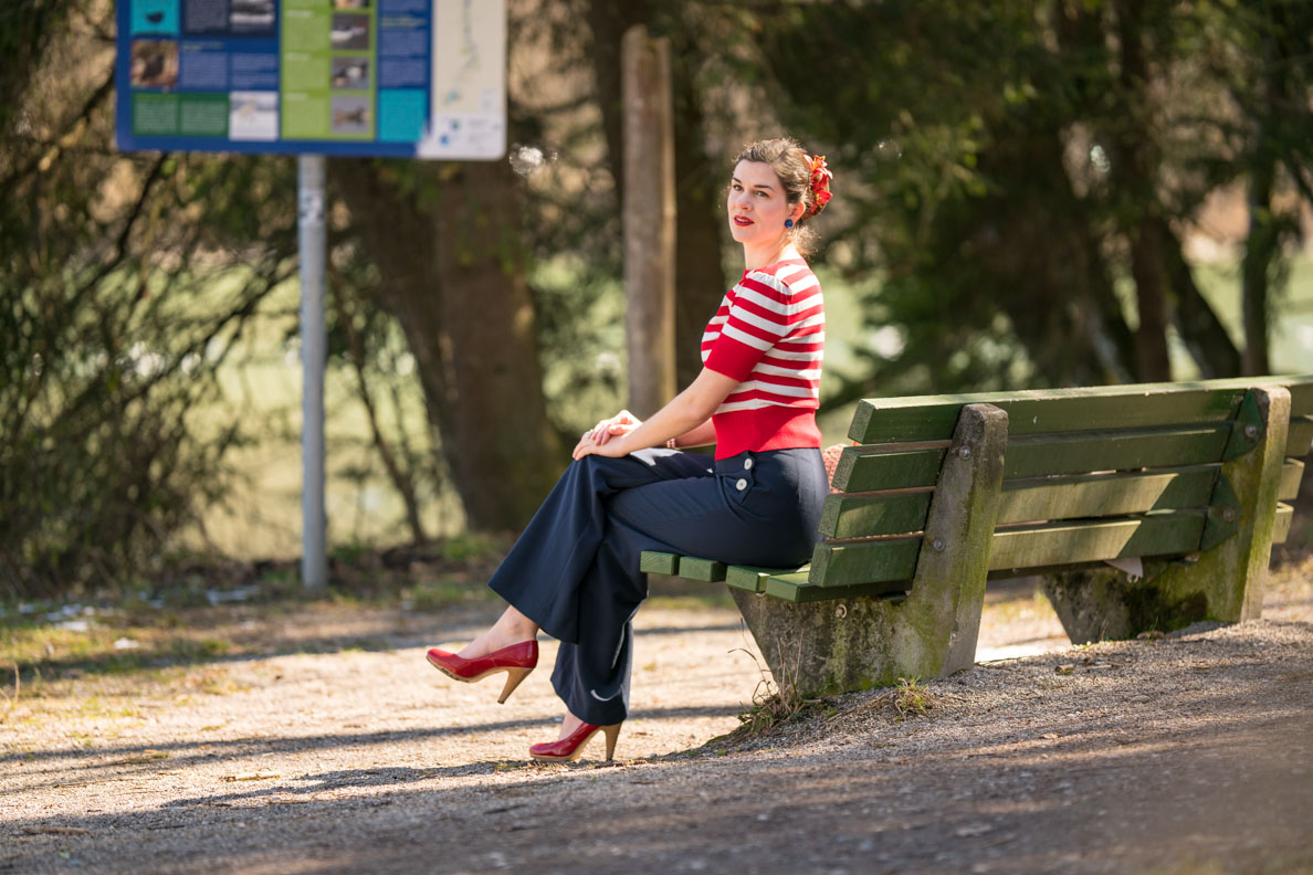RetroCat in einem rot-weiß-blauen Retro-Outfit von Pretty Retro