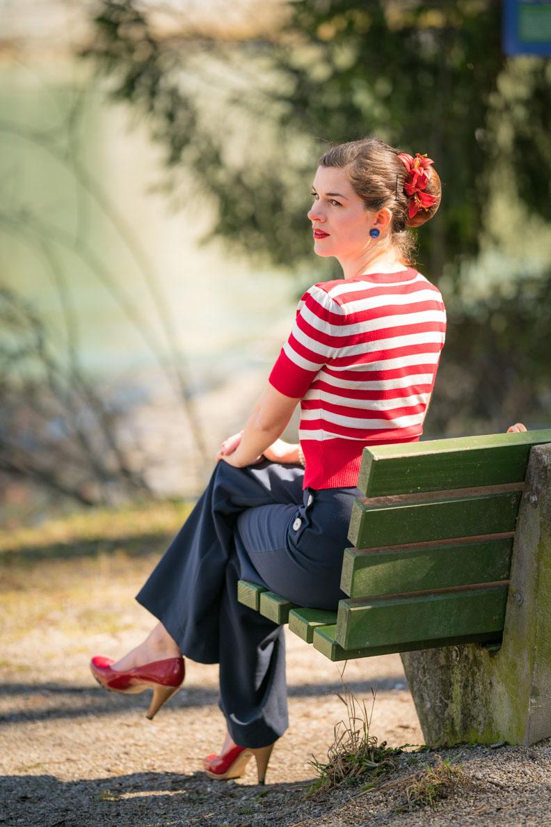 Sandra vom Vintage-Blog RetroCat mit einem maritimen Retro-Outfit im Stil der 50er