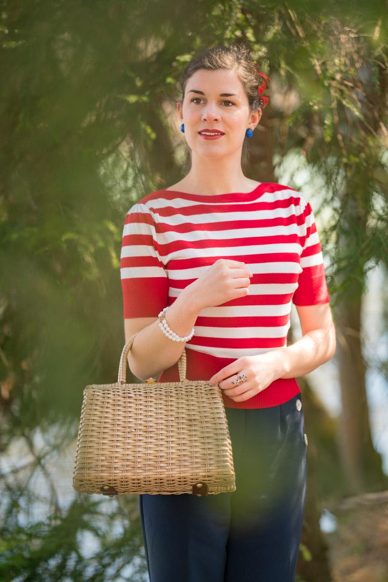 Bloggerin RetroCat mit einem klassischen Retro-Make-up passend zum maritimen Outfit