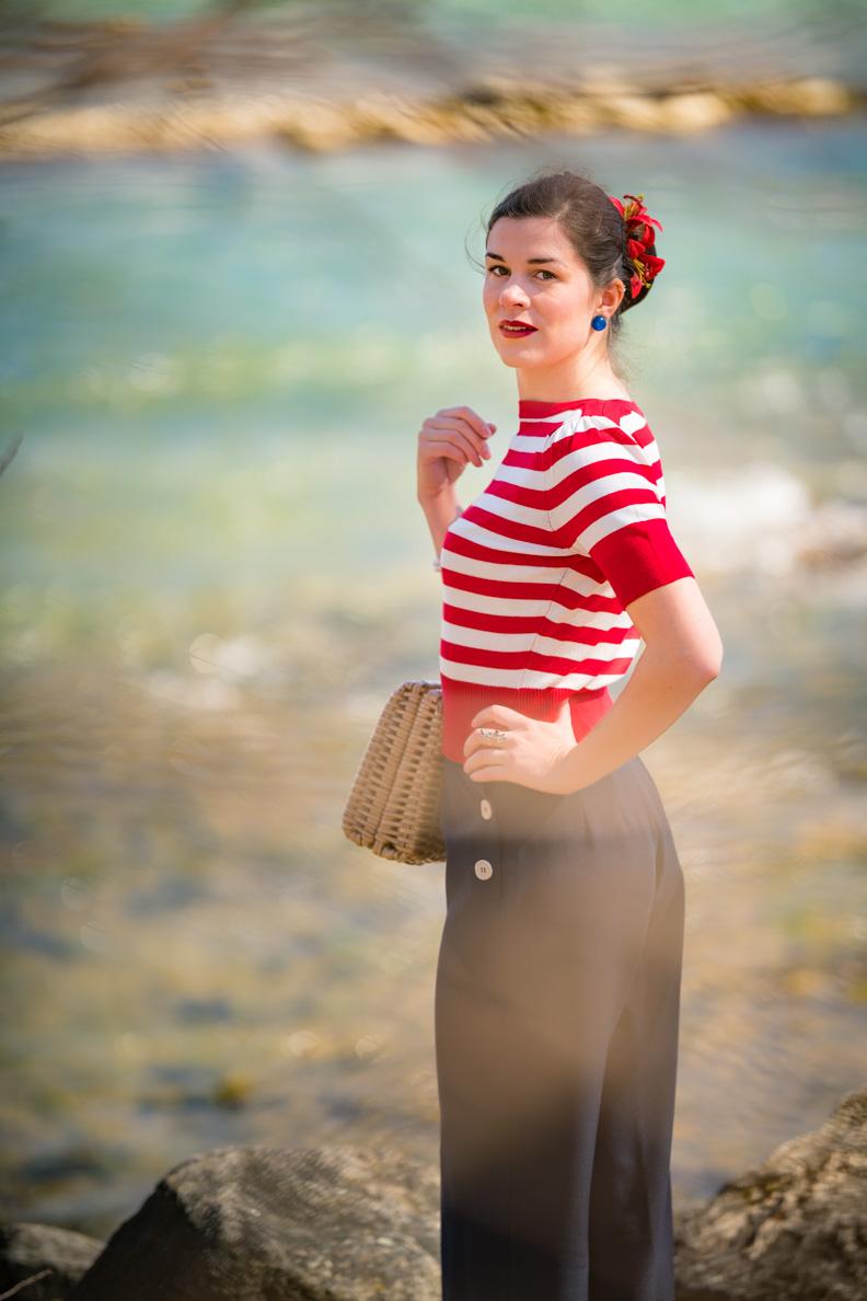 RetroCat mit rot-weiß gestreiftem 50er-Jahre-Top und blauen Marlenehosen von Pretty Retro