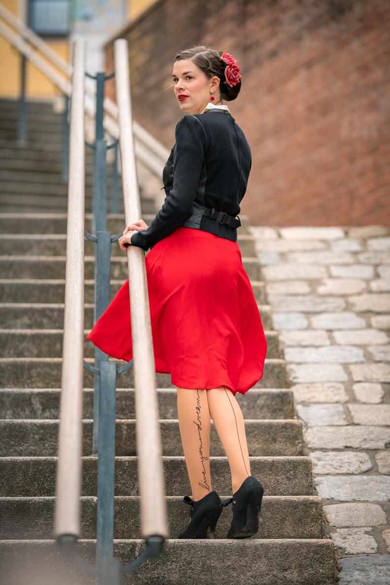 RetroCat mit dem roten Circle Skirt von The Seamstress of Bloomsbury und aufregenden Strümpfen von Wolford