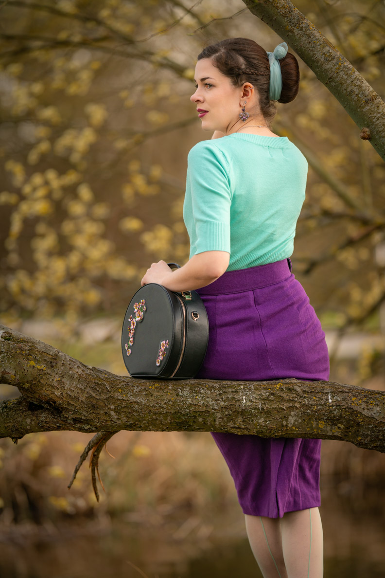 Sandra vom Vintage-Blog RetroCat in einem farbenfrohen Retro-Outfit für den Frühling