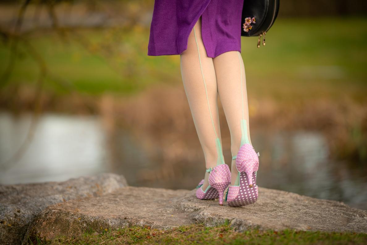 Vintage-Bloggerin RetroCat mit den mint-farbenen Spanish Heel Nahtstrümpfen von Secrets in Lace und lila Bleistiftrock