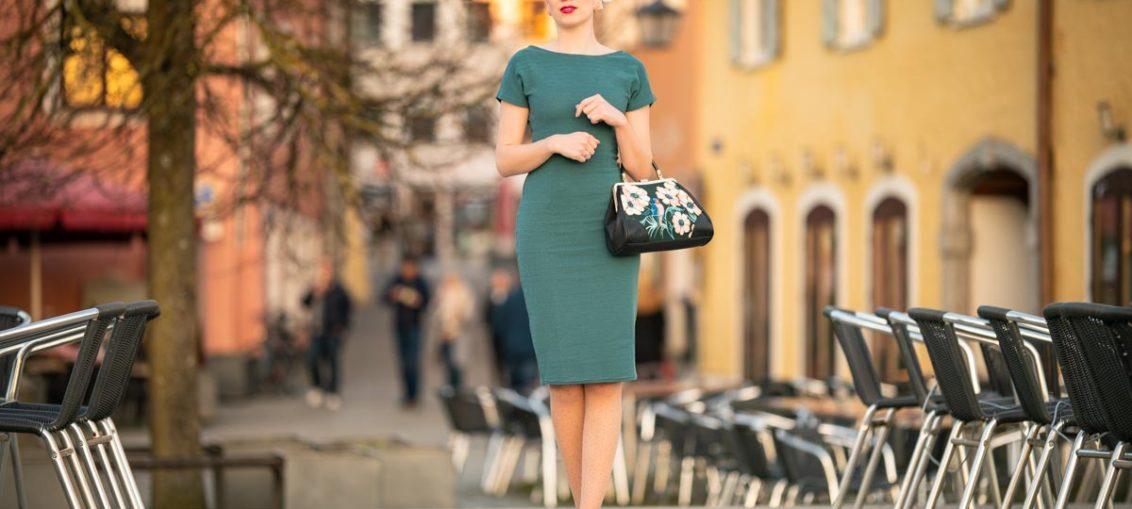 Grünes Sommerkleid in der Goldenen Stunde