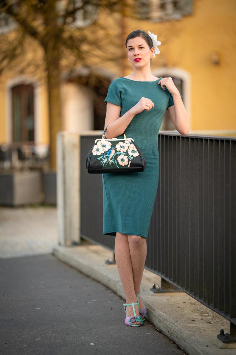 RetroCat mit einem grünen Sommerkleid von Von 50' und passender Handtasche