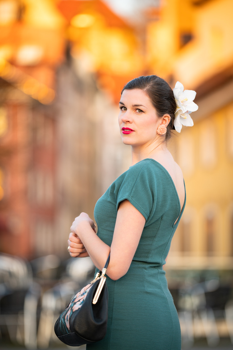 RetroCat mit einem grünen Sommerkleid und einem sommerlichen Retro-Make-up