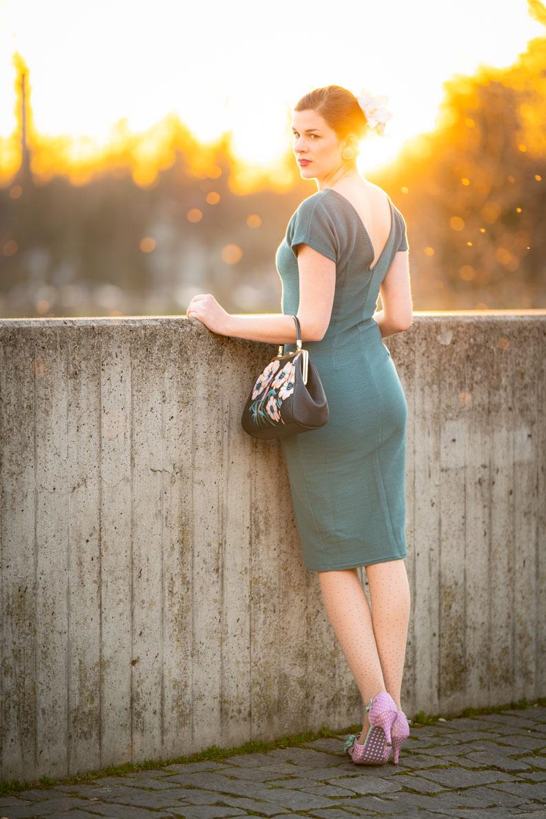 RetroCat in einem schmal geschnittenen Sommerkleid im Vintage-Stil