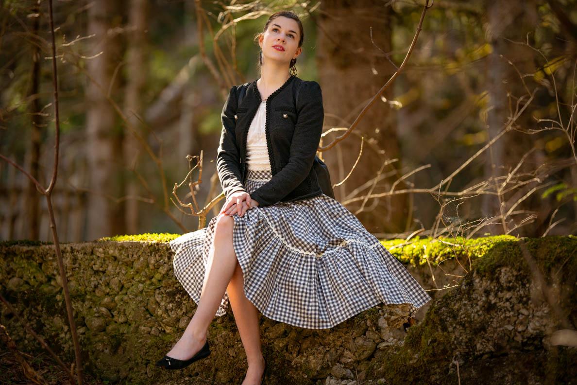 RetroCat mit einem Lena Hoschek Rock und einer Jacke inspiriert von einem traditionellen Trachten-Janker