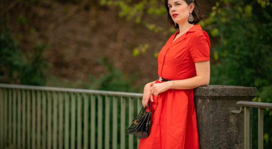 Feurige Schönheit: Das Retro-Kleid