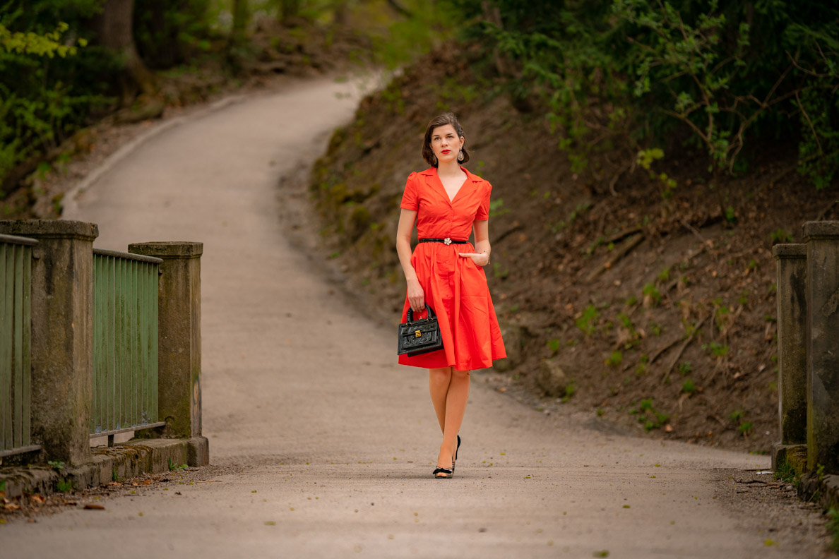 Sandra vom Vintage-Blog RetroCat in einem orange-roten Sommerkleid im Vintage-Stil