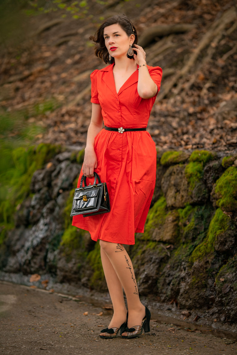 "Vintage-Fashion-Blogger RetroCat in einem Retro-Sommerkleid namens ""Pepper"" von Joanie Clothing"