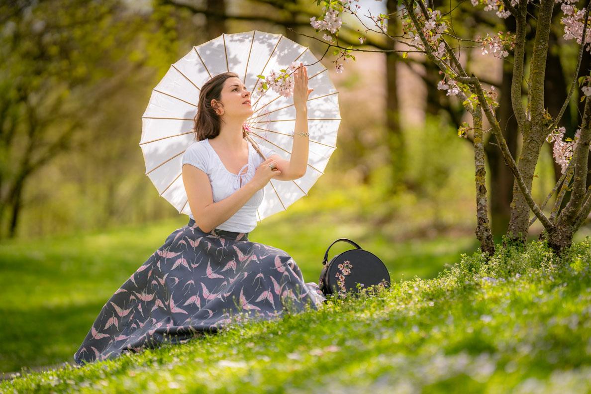 Sandra vom Vintage-Blog RetroCat in einem Retro-Outfit während der Kirschblüte in München