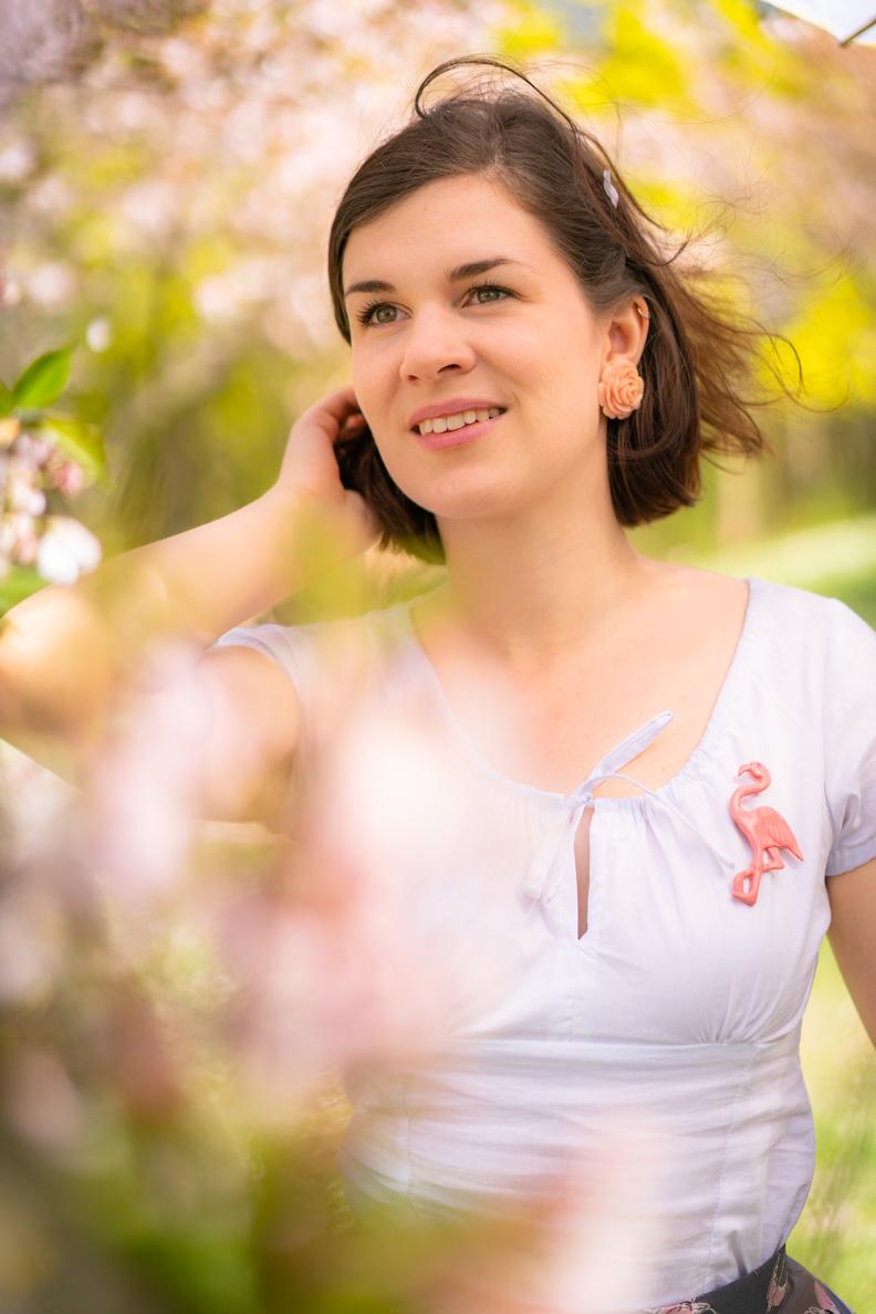 Beauty-Bloggerin RetroCat mit dem Rio Top von Vivien of Holloway und einem frischen, natürlichen Make-up für den Frühling