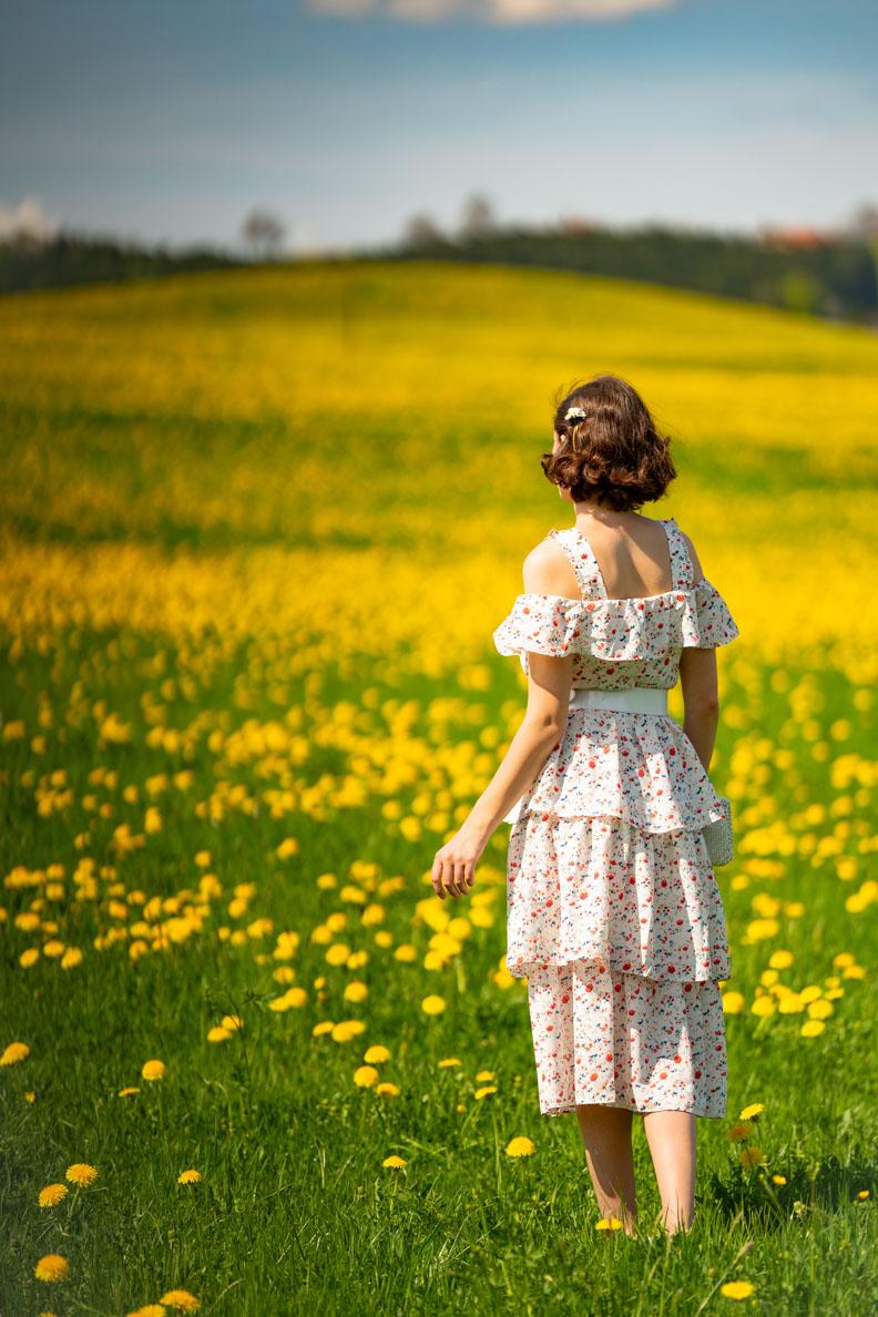 RetroCat in dem Boho-Kleid Isadora von Joanie Clothing auf einer Blumenwiese